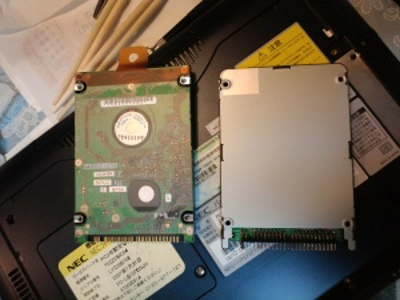 取り出した HDD と取り付ける SSD